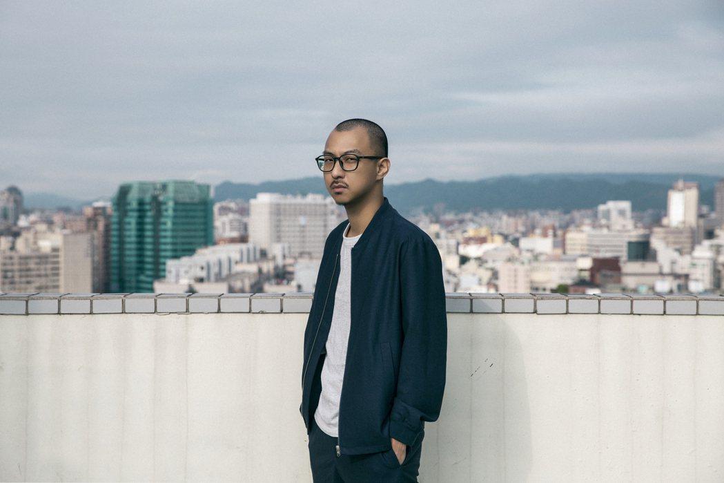 賴慈泓推出新單曲「市中心」。圖/混血兒娛樂提供