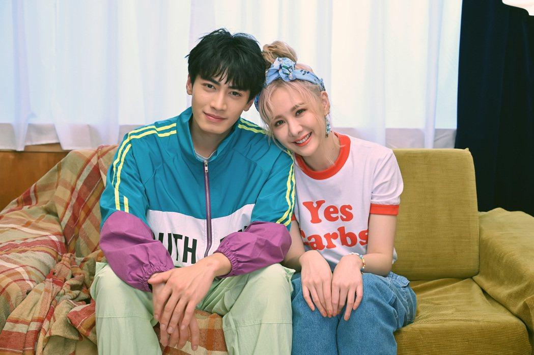 安心亞(右)與宋柏緯在偶像劇「墜愛」組成「樂米CP」。圖/環球音樂提供
