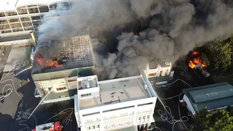 雲林消防局搭配空拍機與影像傳輸系統,即時掌控火災現場。圖/雲林消防局提供