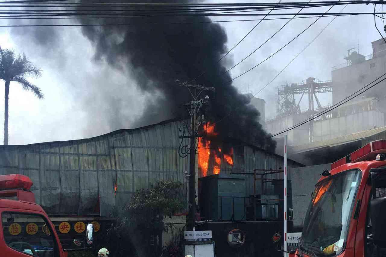 快速道路上驚見超大濃煙 彰化衛生紙廠火警2員工受傷
