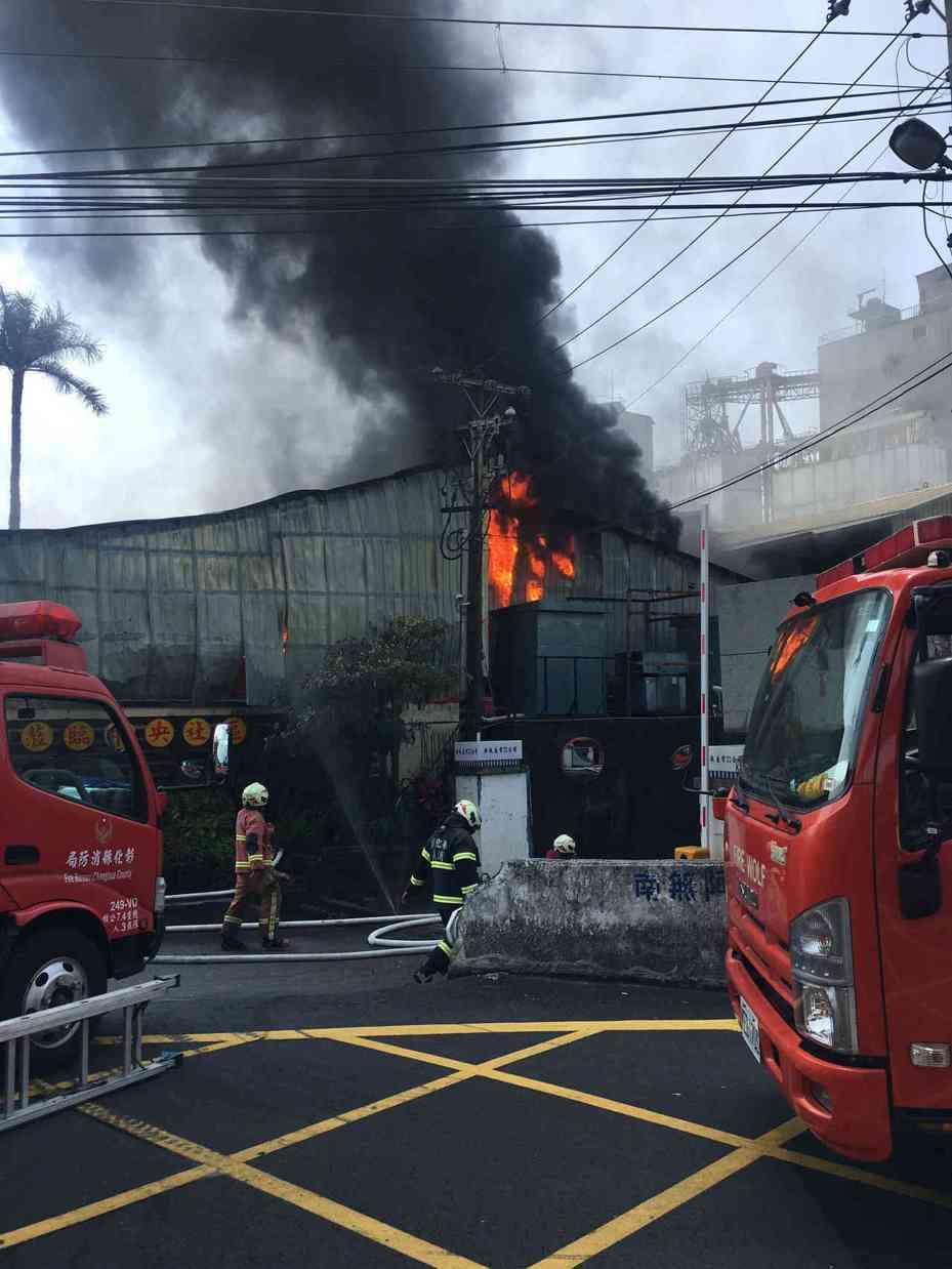 員林市中央路今天中午發生一起工廠火災,現場濃煙衝天際。圖/讀者提供
