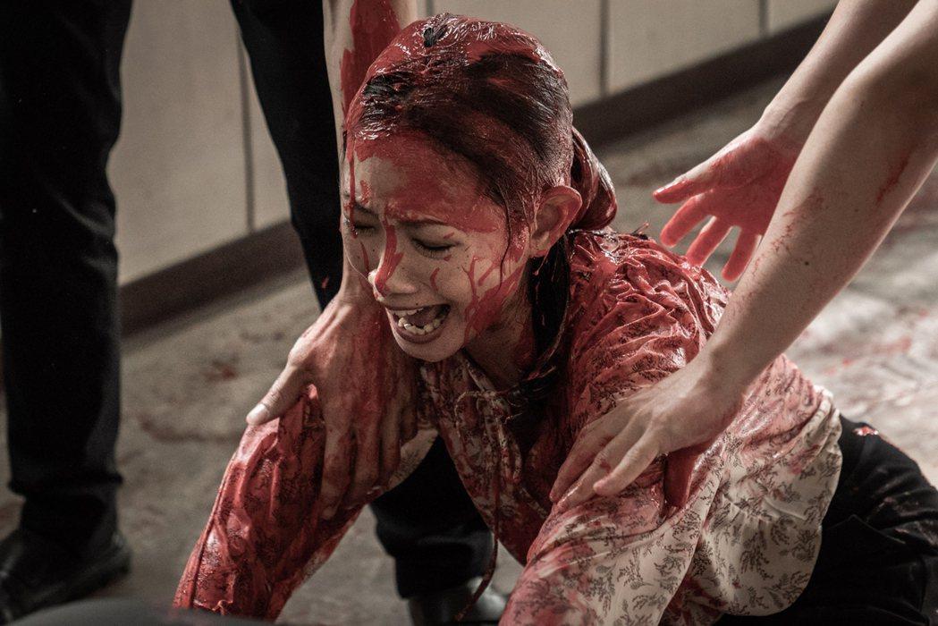 吳奕蓉在「大桔大利 闔家平安」戲裡,被潑得滿頭紅漆。圖/客台提供