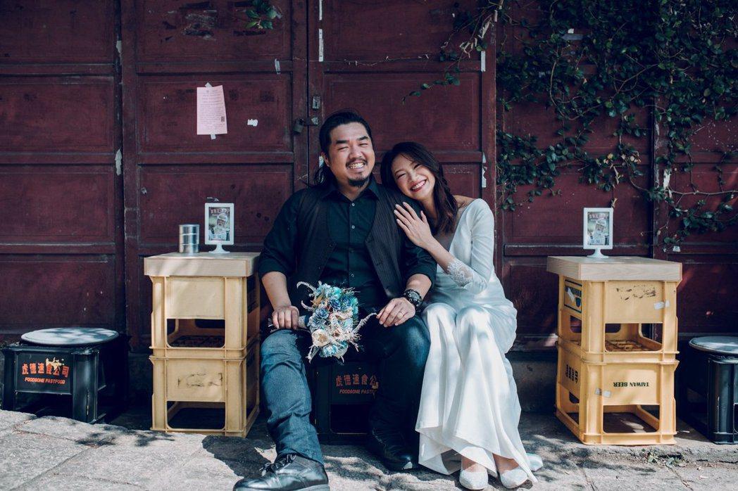吳奕蓉(右)與舞台劇導演余浩瑋去年登記結婚,因疫情關係臨時取消3月底婚宴。圖/客...