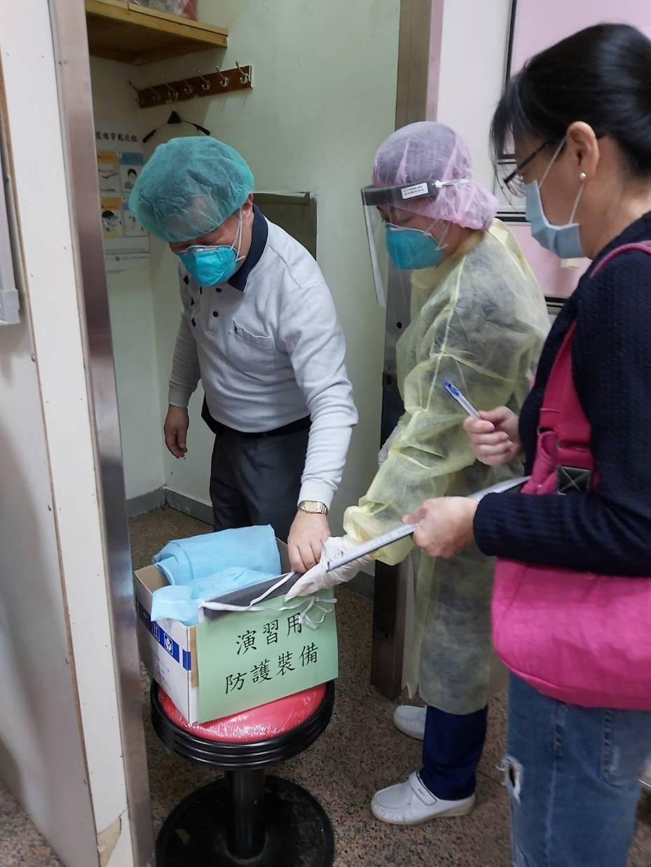 苗栗縣因應未來疫情超前部署縣內15家醫院作為社區採檢點,最近已完成採檢醫院輔導查核。圖/苗栗縣衛生局提供