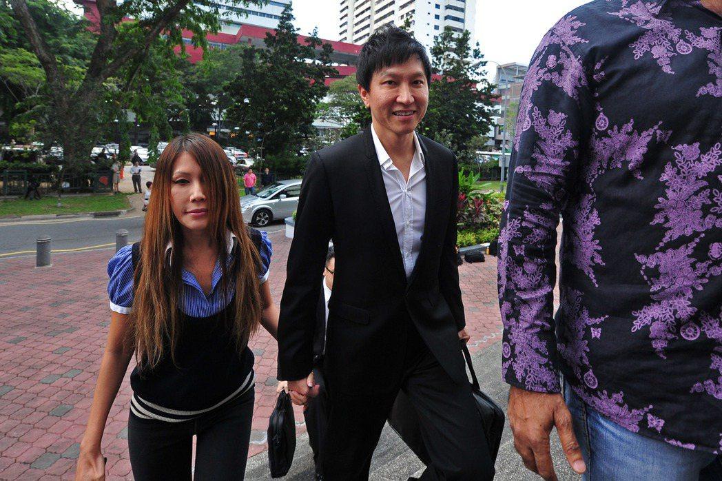 新加坡城市豐收教會創辦人康希(右)與太太何耀珊。新華社資料照片