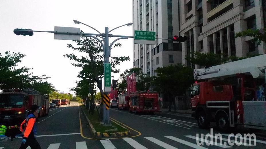 台南安平區健康路三段大樓11樓失火,消防局多數動多輛消防車和雲梯車待命,虛驚一場。記者黃宣翰/攝影