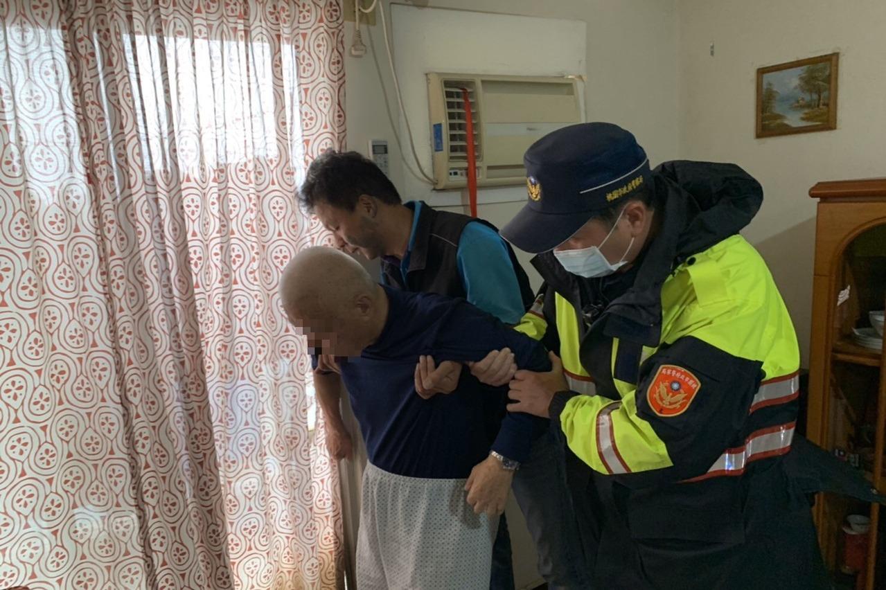 獨居老翁倒臥家中客廳聯繫不上 龍潭暖警即刻開鎖救援