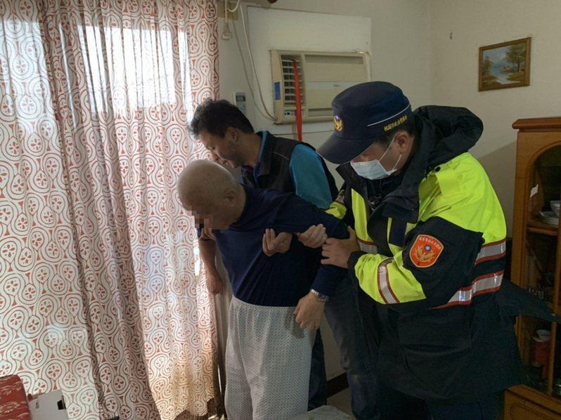 警方進入住家救援時,古姓老翁喃喃自語「快扶我...起來」,員警見狀立即趨前將老翁扶起。圖/龍潭警分局提供