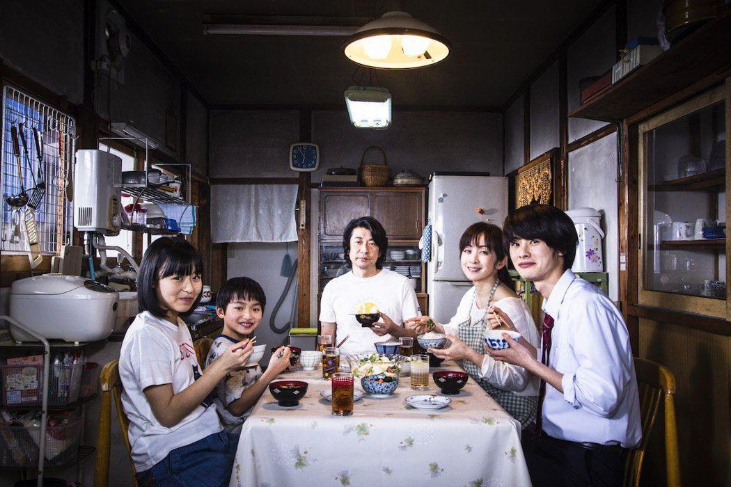 對永瀨正敏(中)來說,最懷念的料理就是媽媽親手做的菜。圖/威視提供