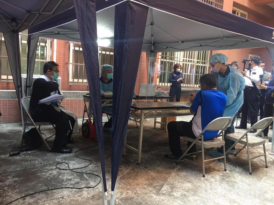 台南警方從現行犯逮捕、通報、詢問、採證,律師則在警方首次偵訊時即全程陪同被告。記者邵心杰/翻攝