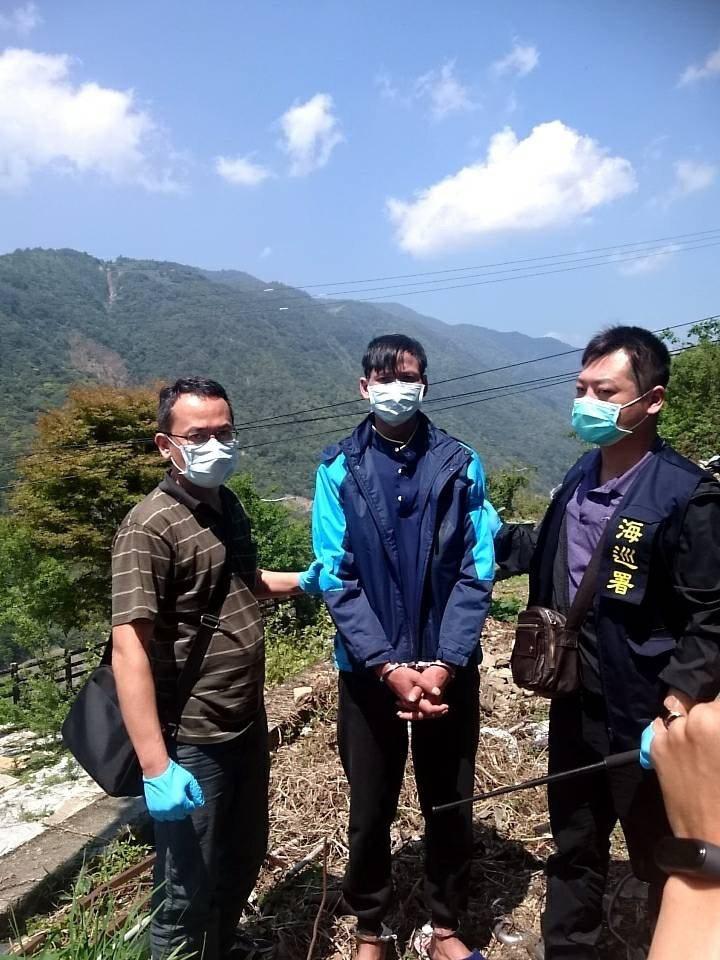 海巡署今天在山區逮捕逃逸越南偷渡客。圖/海巡署提供