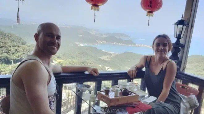 英國女子道森和澳洲男友皮克斯利入境台灣被要求居家檢疫,但對隔離的環境和餐點都不滿意。取自BBC網站