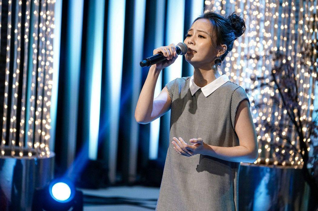 孫淑媚在節目中深情演唱。圖/八大提供