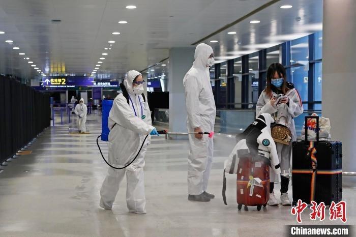 上海目前嚴防新冠肺炎從境外「倒灌」,要求自26日18時起,所有入境上海者都必須隔離健康觀察14天。(中新網)