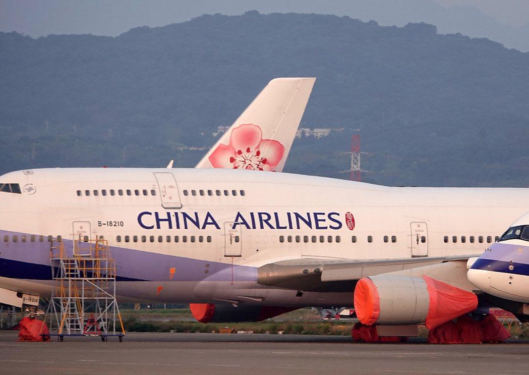受新冠肺炎影響,桃機航班大減,華航有一架飛機「半封存」,不只引擎包起來,連輪子也...