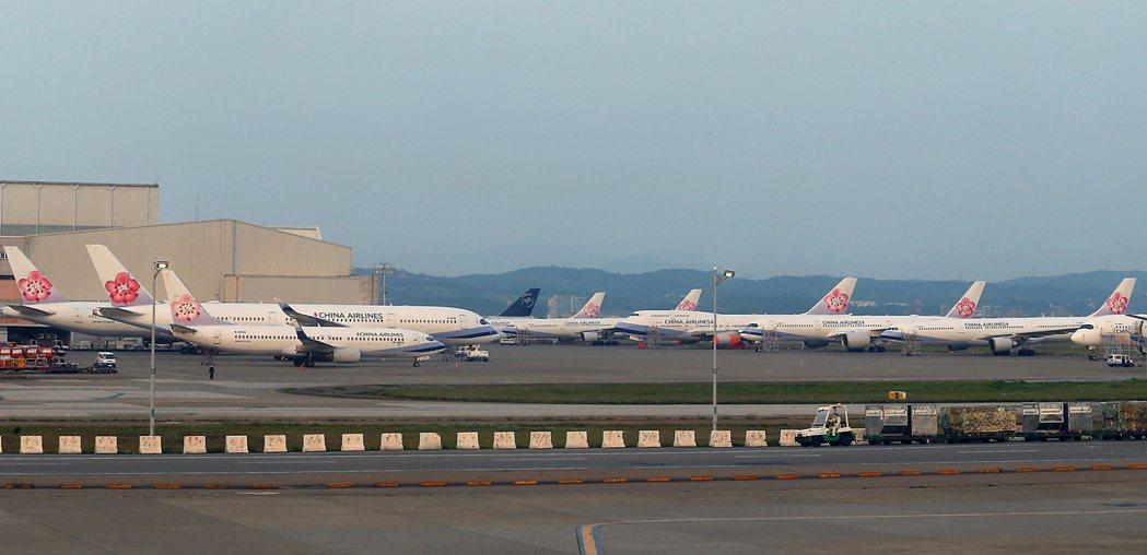 受新冠肺炎影響,桃機航班大減,華航有許多飛機停放在桃園機場內。記者鄭超文/攝影