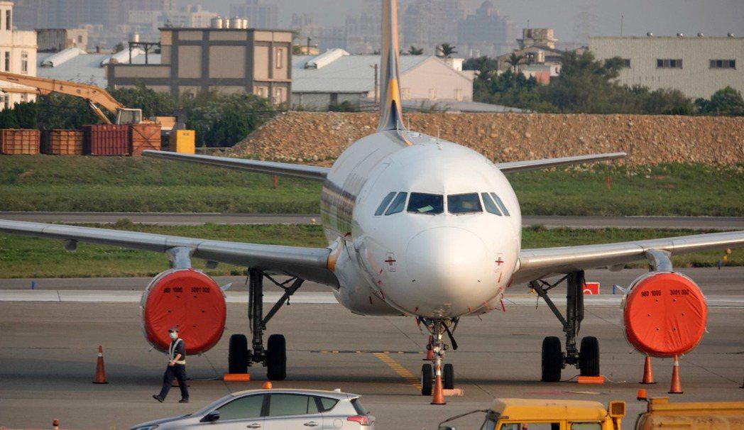 受新冠肺炎影響,桃機航班大減,虎航有一架飛機「半封存」,引擎包起來避免受到損害。...