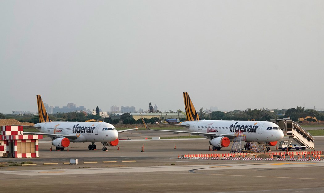 受新冠肺炎影響,桃機航班大減,虎航有兩架飛機「半封存」,引擎包起來避免受到損害。...