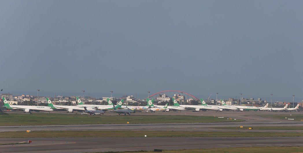 受新冠肺炎影響,桃機航班大減,長榮航空有許多飛機停放在桃園機場的外機坪。記者鄭超...