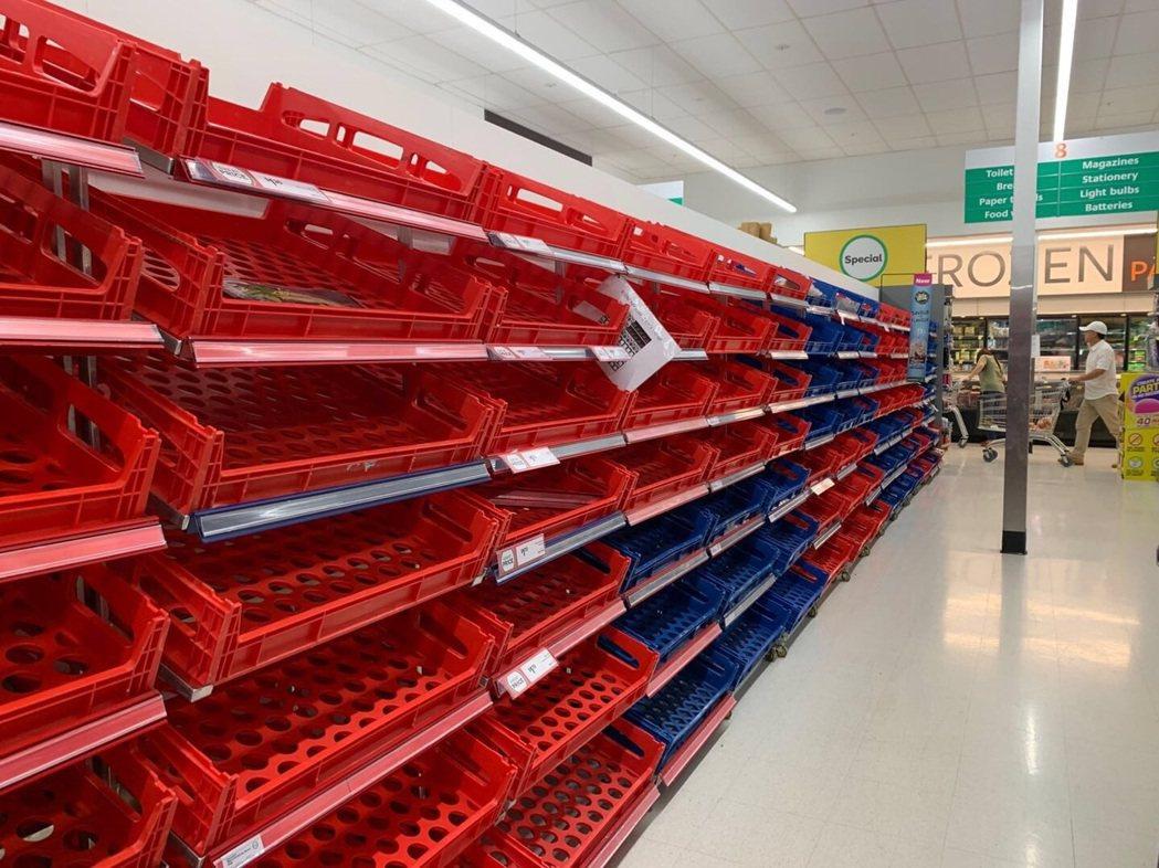 紐西蘭奧克蘭超市的貨架一片空蕩蕩,衛生紙等日常用品被搬空。圖/讀者提供
