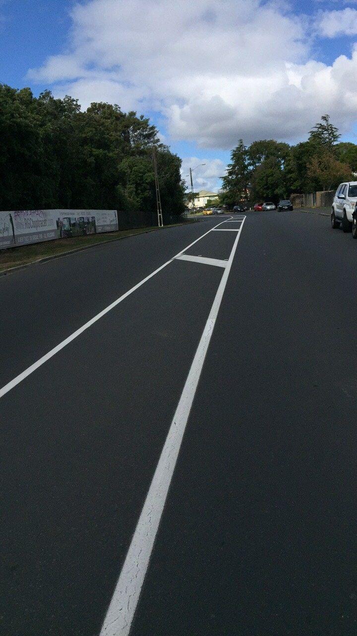緊急命令發布後,紐西蘭奧克蘭路上幾乎不見人車,警察、軍人上街巡邏,會要求說明出門...