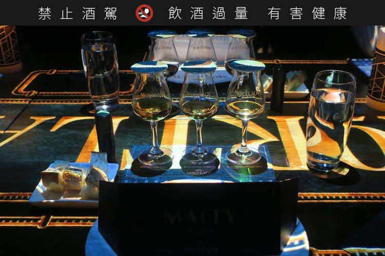 黝黑的空間裡,光雕投影技術,為餐酒會渲染上了情緒與神祕氣氛。記者釋俊哲/攝影。