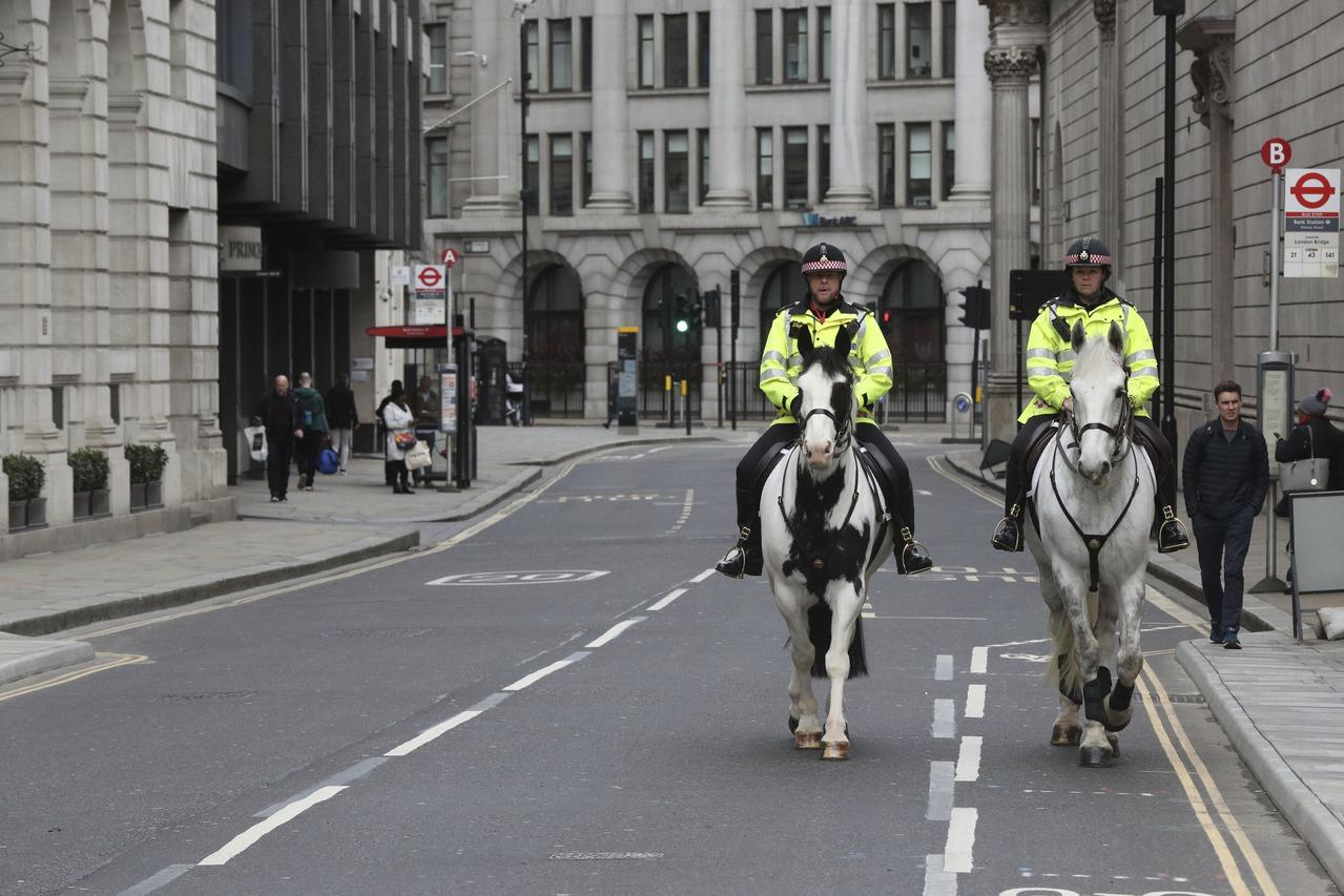 英國祭重罰 故意對警察和急救人員咳嗽就抓去關2年