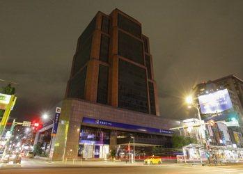 開發金控今年連續第六年響應「關燈一小時」,明(28)日晚間,位於台北市南京東路的...