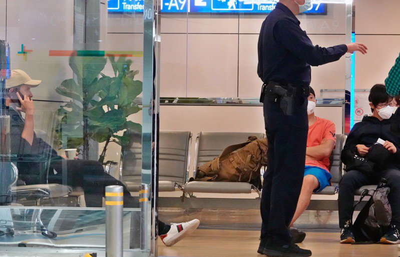 因為紐西蘭航空搞烏龍,載了三名非紐西蘭裔的外籍旅客入境桃園機場轉機,結果因為台灣轉機禁令及紐西蘭禁外人入境,三人無法轉機,目前受困在桃園機場轉機櫃台旁的休息區,一名航警前往關心。記者鄭超文/攝影