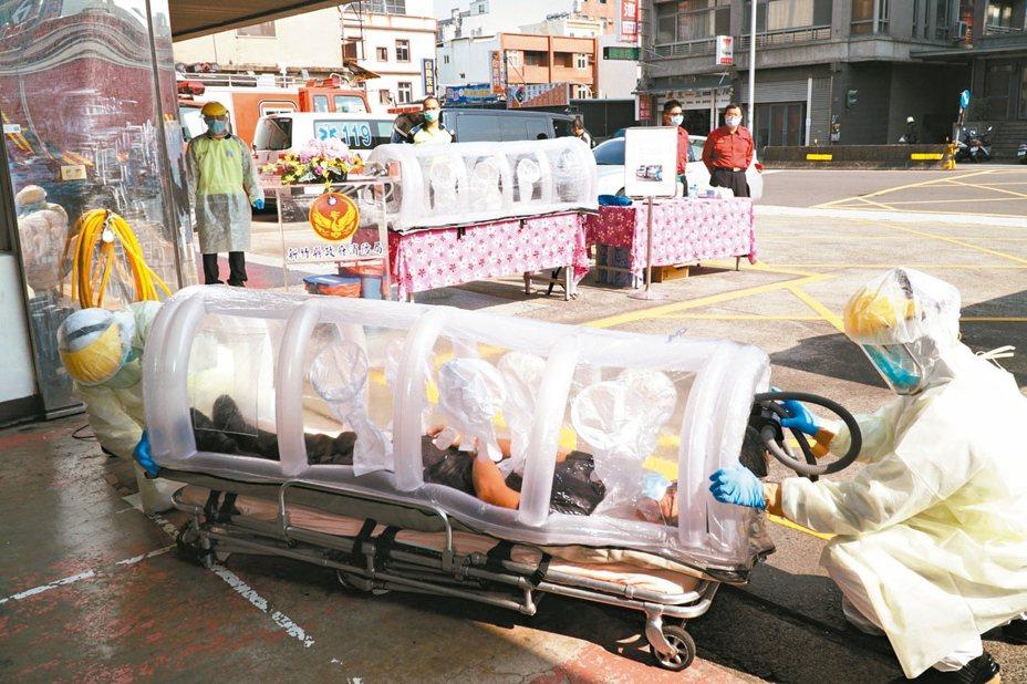 新竹縣消防局防疫超前部署,「移動式負壓隔離艙」昨天亮相,並舉辦居家檢疫及隔離病患出勤載送演練。 圖/竹縣消防局提供