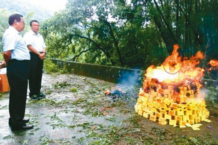 台南南化命案偵破後,警方回到案發現場祭拜死者,眾人然發現燒紙錢的火焰、竟出現「人臉」,令人嘖嘖稱奇。 記者黃宣翰/翻攝