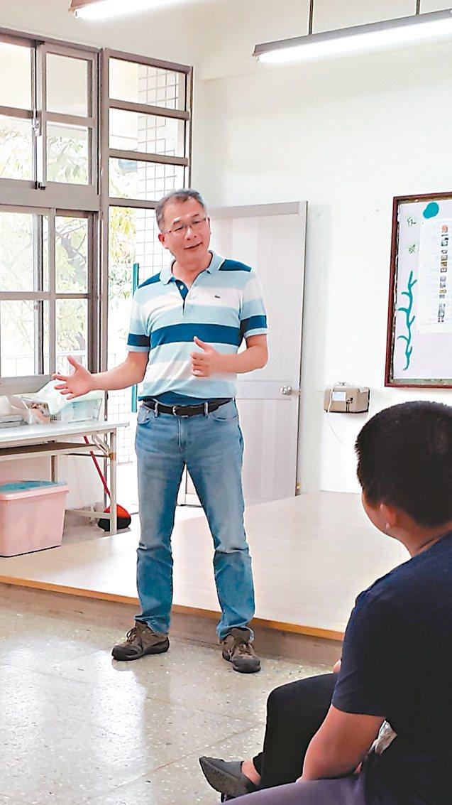 台南市警察局少年隊長蔡宗憲(左)獲知遭投訴後表示「不感意外」,認為自己行事正直,禁得起考驗。 圖/台南市警察局提供
