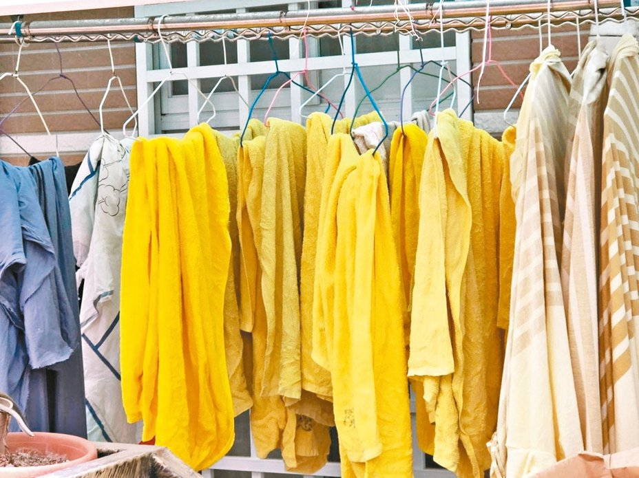 嘉義縣衛生局接獲檢舉,指住太保市某社區的嘉義長庚員工,竟將疑汙染床單、毛巾、防護衣,帶回家清洗晾曬在陽台,憂心造成防疫漏洞,要求查處。 記者魯永明/翻攝