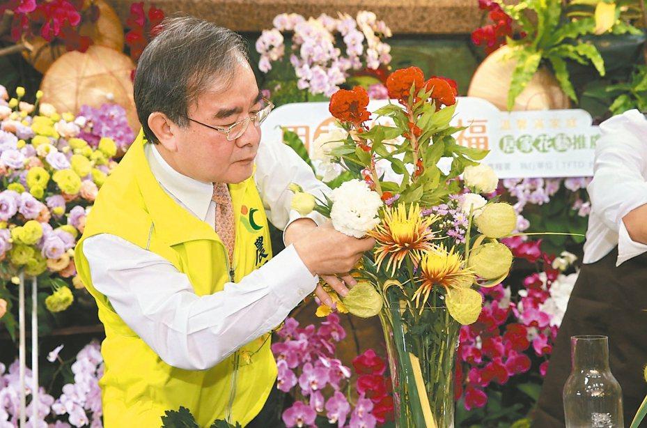 農委會農糧署長胡忠一利用「國產花材組合包」的花材插成花束。記者黃義書/攝影