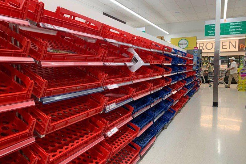 紐西蘭奧克蘭超市的貨架一片空蕩蕩,衛生紙等日常用品被搬空。 圖/讀者提供