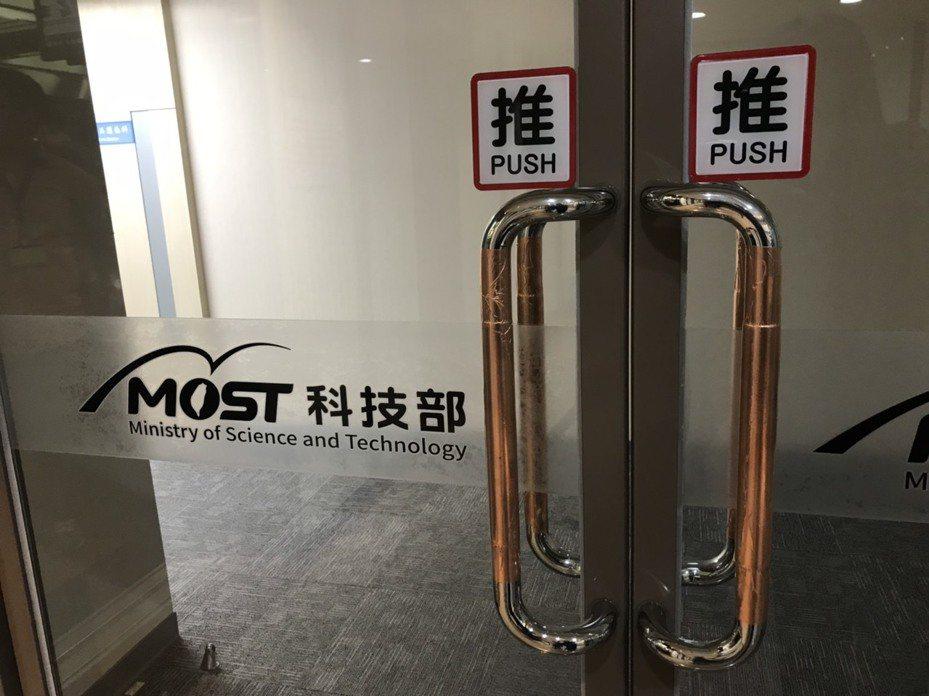 科技部貼銅箔在各樓層不鏽鋼門把上,能降低新冠病毒停留時間。 記者潘乃欣/攝影