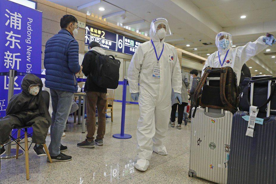 搭另類包機返台,滯湖北台人表示,赴上海搭機太遠太貴。(中新社)
