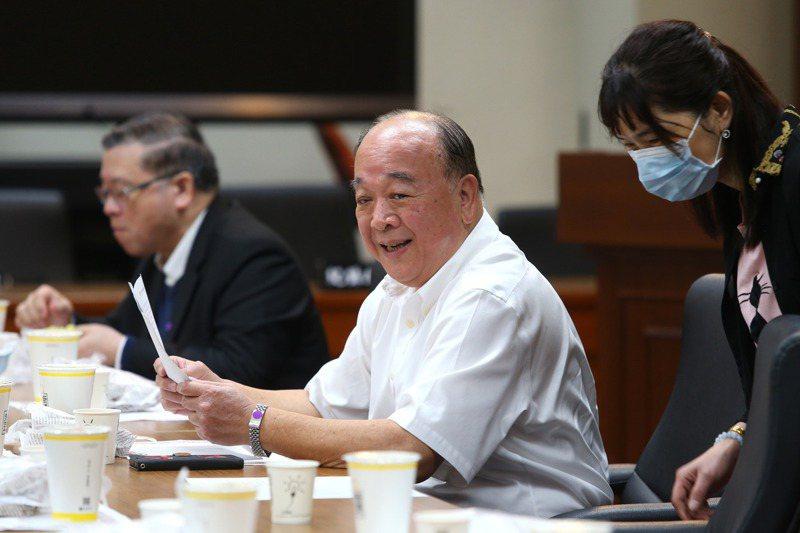 國民黨立委吳斯懷(中)27日出席國民黨立法院黨團大會,針對日前發言惹議,吳斯懷上午並未多作回應。記者林澔一/攝影