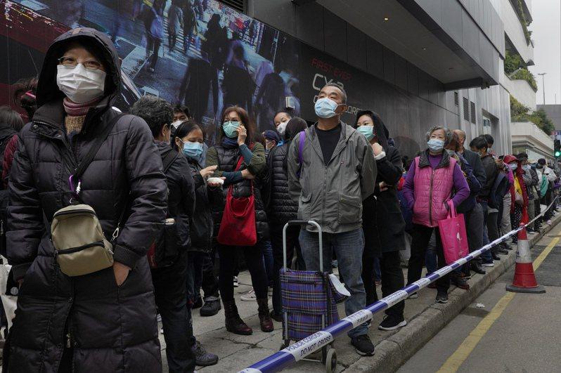由於2003年SARS疫情造成多人死亡的慘痛經驗,香港民眾這次面臨新冠肺炎疫情時保留人人戴口罩的習慣。 美聯社