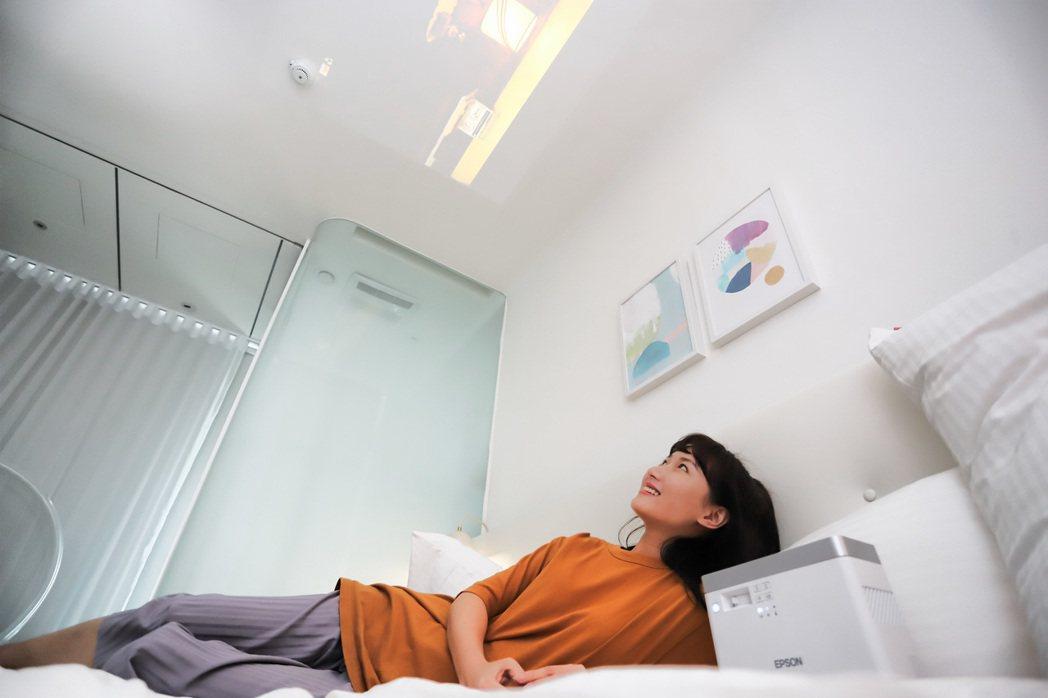 雷射投影機EF-100(Android TV版)讓全家居家防疫不無聊,躺著也能追...