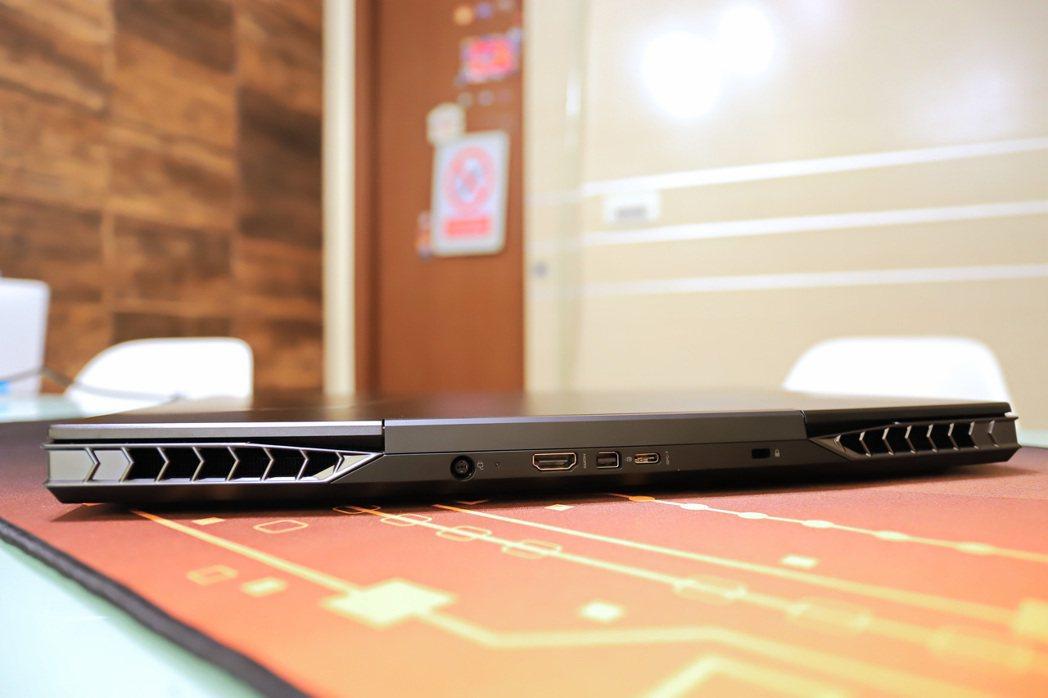 AORUS 15 SA於的電源插座再到HDMI埠等置於後方,使用上相當便利。 彭...