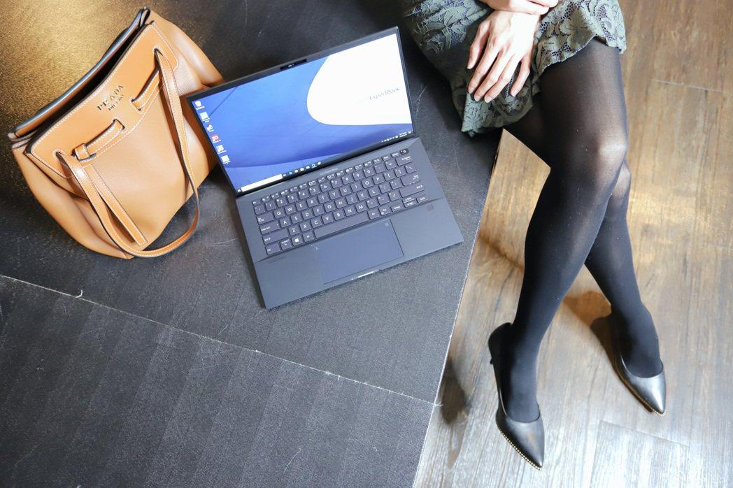 ExpertBook B9450有外觀、有相對好的效能、強固及各項市場之最。 彭...