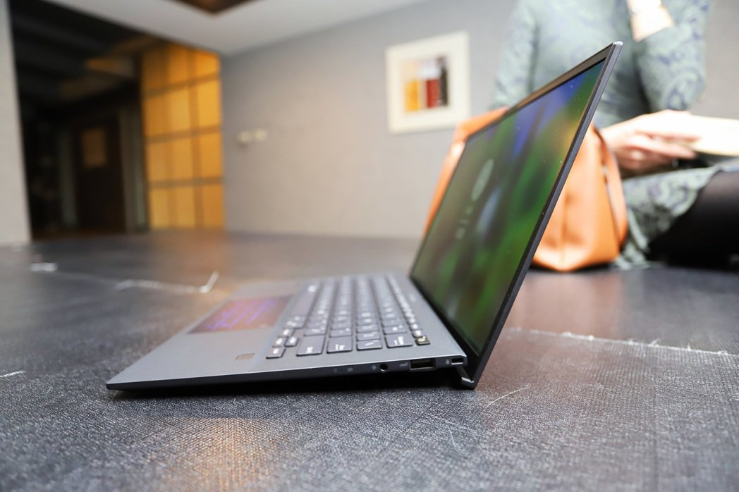 ExpertBook B9450右側。  彭子豪/攝影