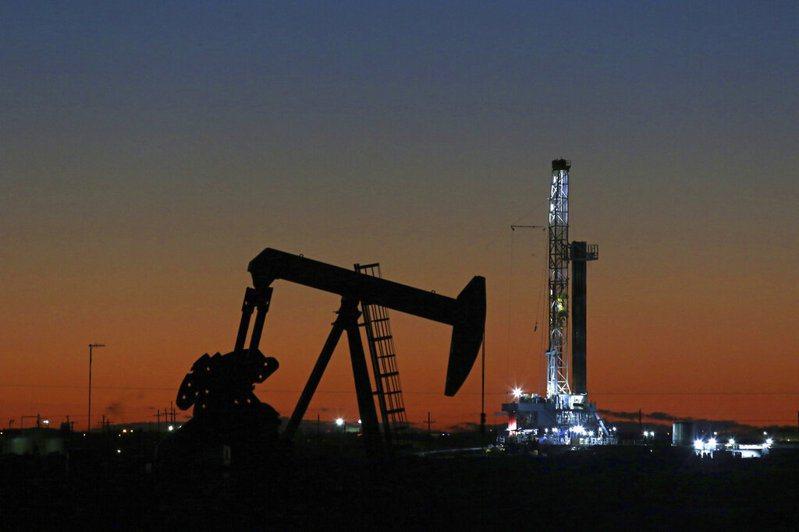 主要產油國增產,加上新冠疫情引發的限制人員流動措施,對石油消費造成了嚴重衝擊。 美聯社