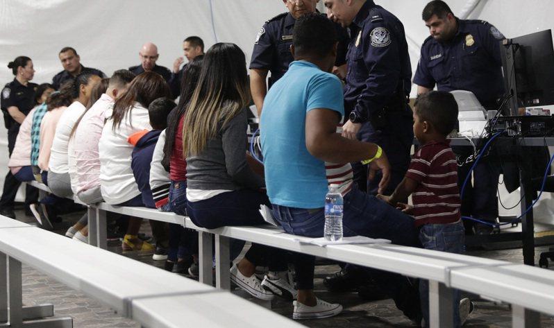 維權團體擔心拘留中心擁擠的宿舍與整體條件會加速傳播疫情,不少移民要求在拘留中心外等待裁決。 美聯社