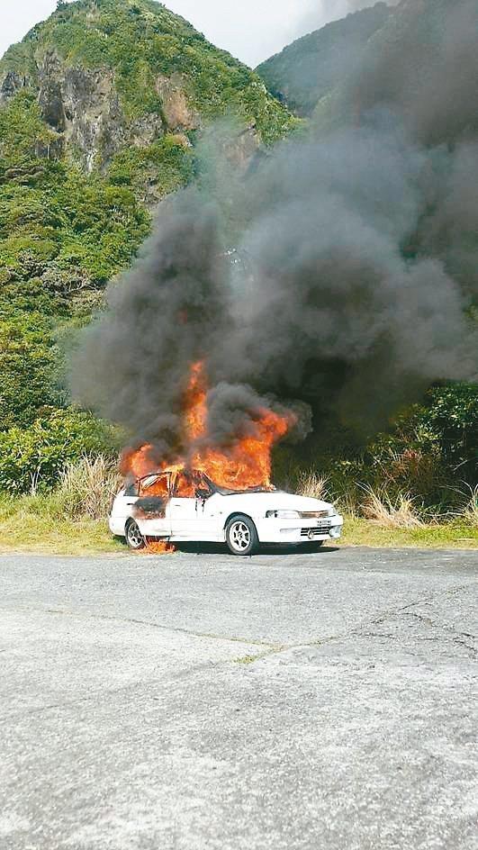 台東蘭嶼環島公路東80縣道22公里處,今早一輛白色轎車不明原因起火燃燒。 記者尤聰光/翻攝