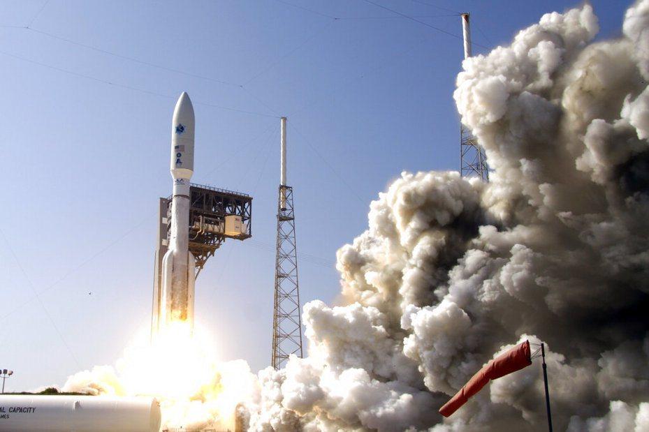 洛克希德馬丁公司的先進極高頻衛星,在佛羅里達州的卡納維爾角由擎天神5號551型火箭搭載發射。 美聯社