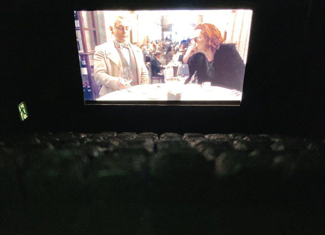 日本有網民自製微型戲院,放入智慧型手機即可有類似在電影院看戲的體驗。圖擷自Twi...