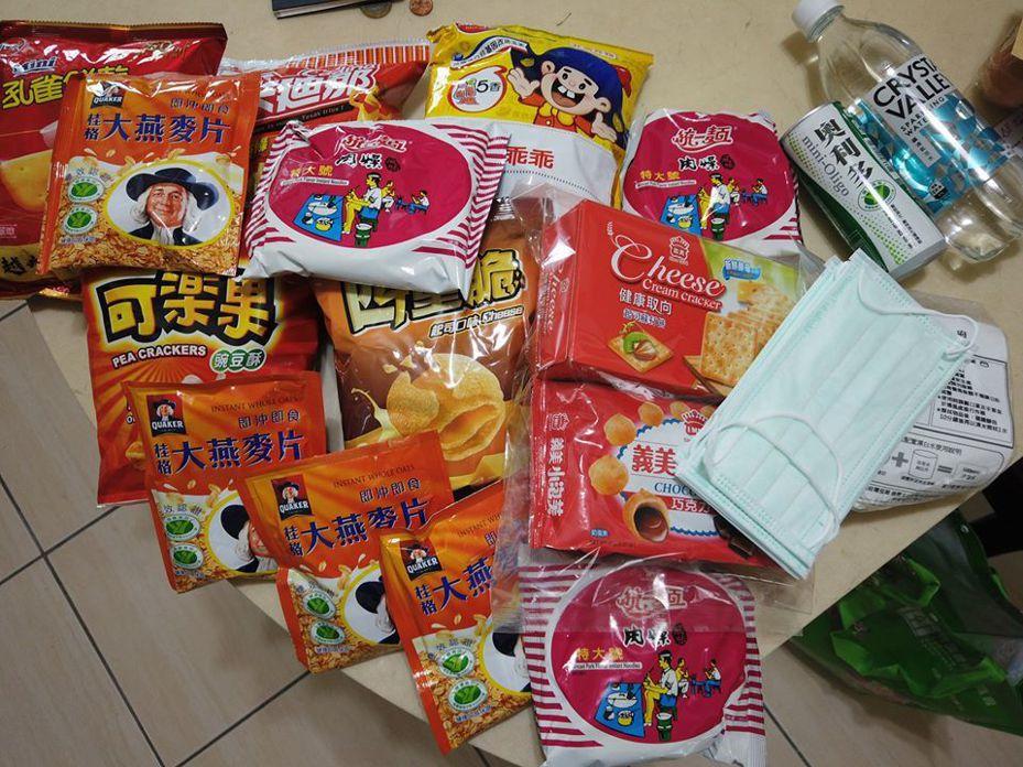 法國人在台居家檢疫時收到政府發放的零食包,相當驚喜。 圖/翻攝自臉書社團「Communauté française à Taiwan」