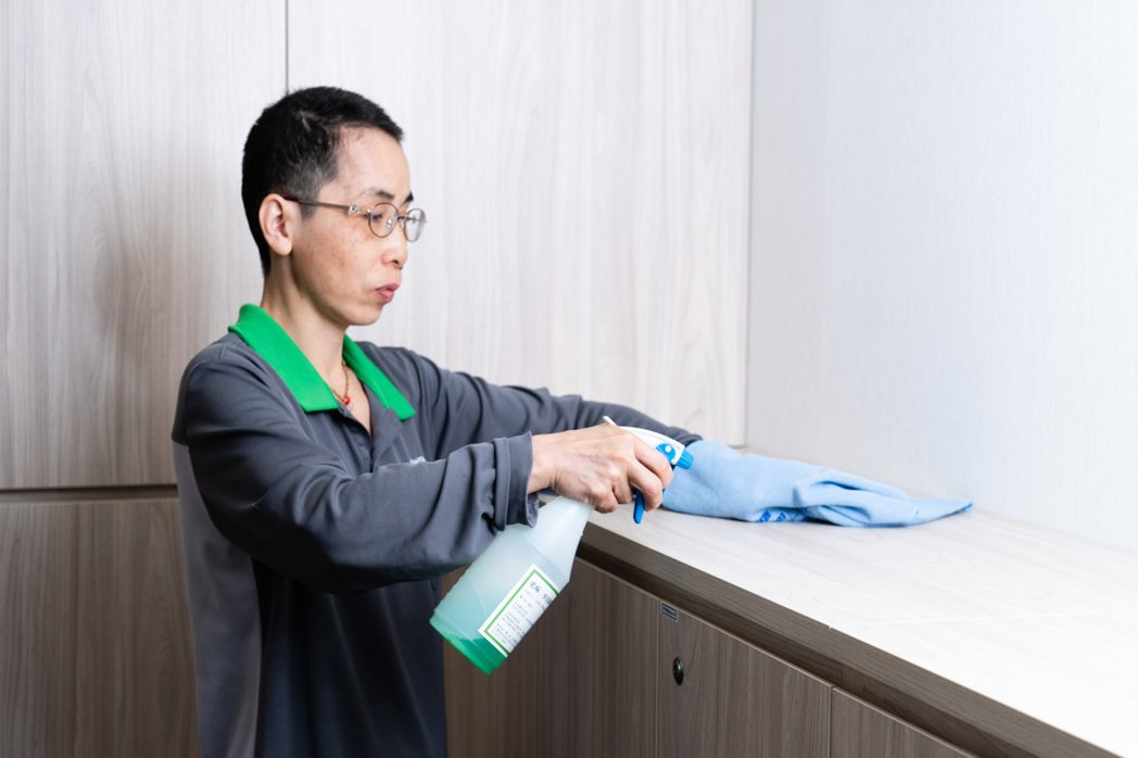 儘管新冠肺炎疫情緊急,姜雪梅依然堅守崗位,負責部桃7A隔離病房的清潔工作。(照片...